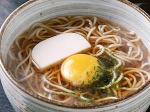年越しそばをおいしくいただくレシピと、関東と関西の違いとは?